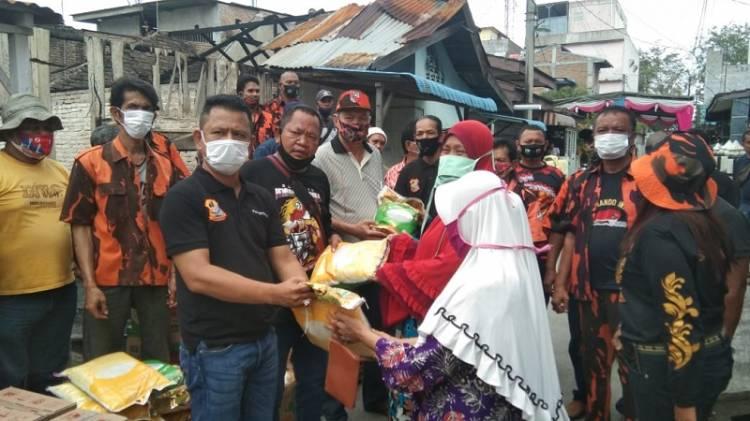 Ketua Pewarta Bersama PAC PP Medan Area Bantu Warga Korban Kebakaran di Jalan Denai Gang Rukun