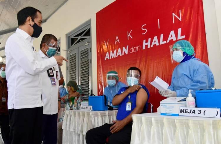 Tinjau Vaksinasi Bagi Pedagang Pasar Beringharjo, Presiden: Semoga Bisa Bangkit Kembali