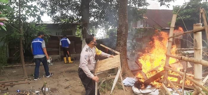 Gubuk di Kawasan Jalan Polonia Dibakar Petugas Gabungan Polsek Medan Baru