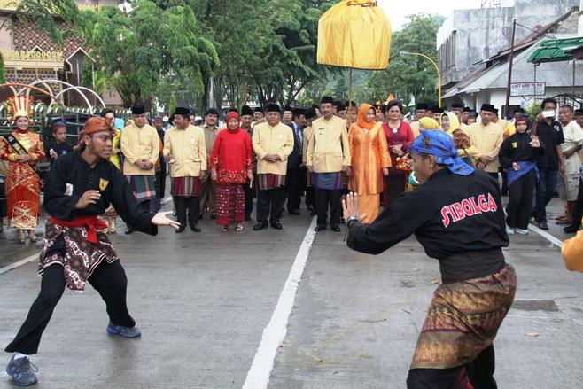 Hadiri HUT Kota Sibolga, Gubernur Sumut  Disambut Galombang Duo Baleh