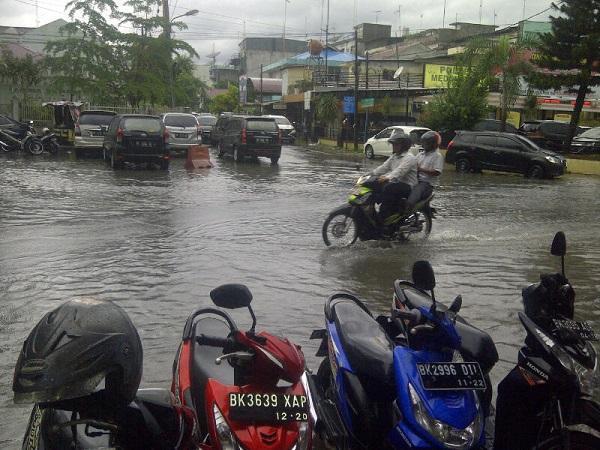Hujan Deras, Ruas Jalan Utama di Kota Medan Terendam Air