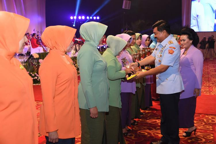 Panglima TNI Berikan Piala Pemenang Lomba HUT ke-54 Dharma Pertiwi