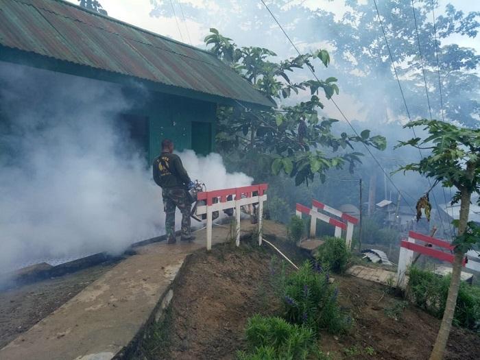 Satgas Yonif 126/KC Lakukan Fogging dan Penyuluhan Cegah Penyakit Malaria di Keerom Papua