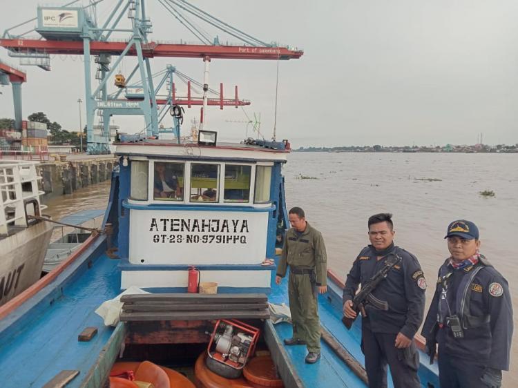 Diduga Muat BBM Ilegal, KN Belut Amankan Kapal di Sungai Musi