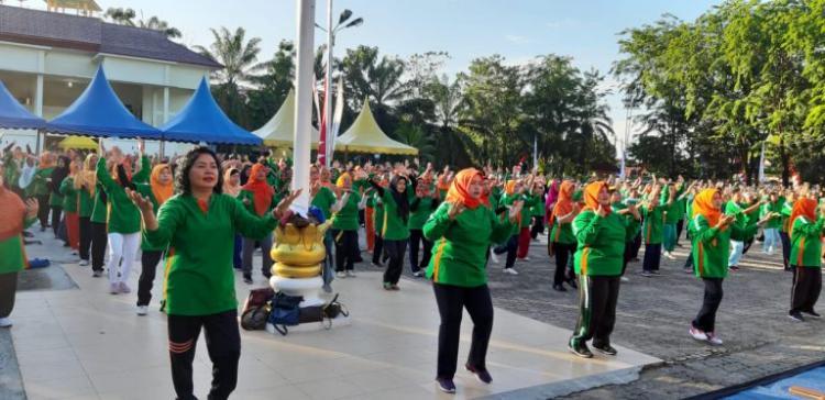 Sambut Hari Lansia, Delmeria dan Wali Kota Sibolga Lakukan Senam Bersama Lansia