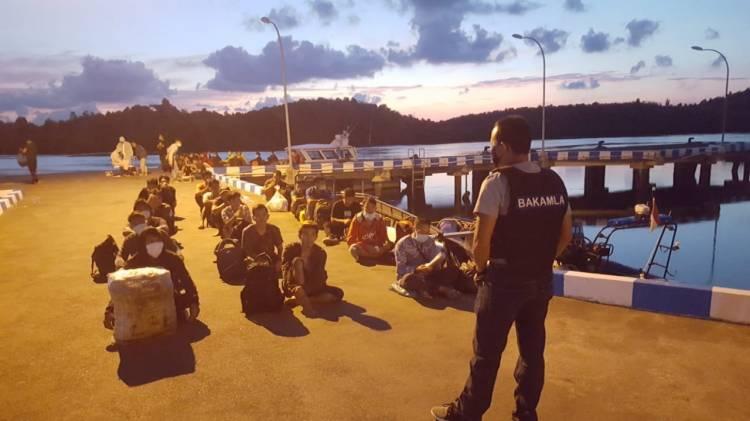 Bakamla RI Amankan 47 TKI dari Malaysia melaui Pelabuhan Tikus