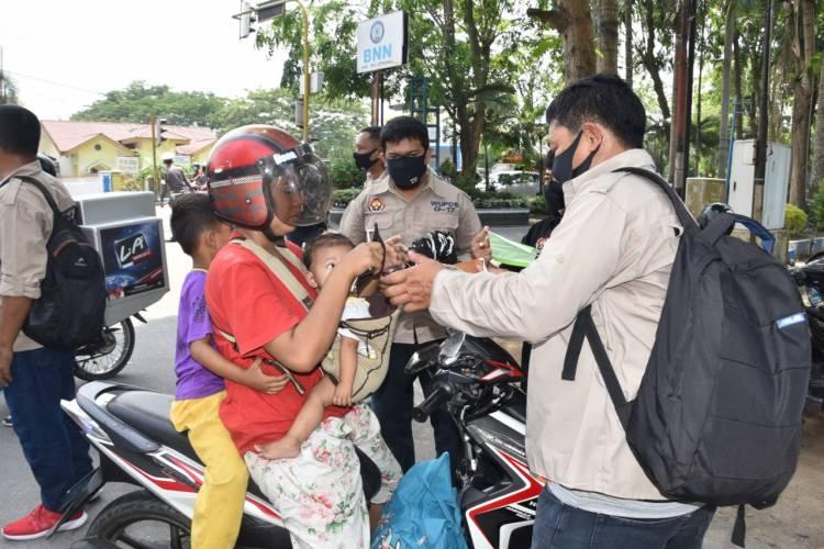 WUPDS G-17 Bagikan Seribu Masker kepada Pengguna Jalan