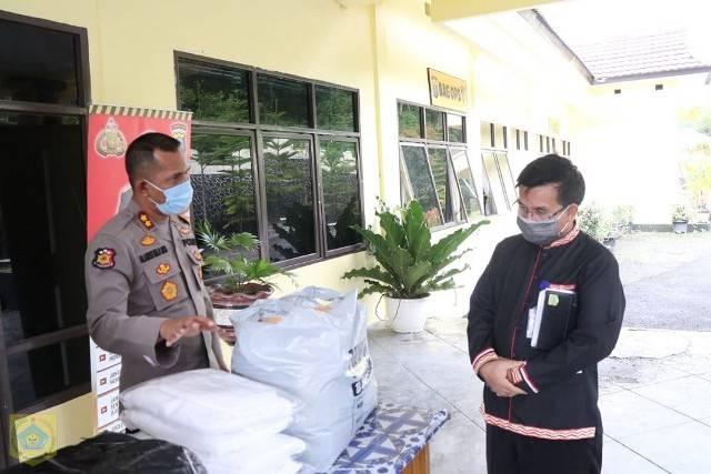 Antisipasi Covid-19 Pemkab Pakpak Bharat Distribusikan APD ke Polres