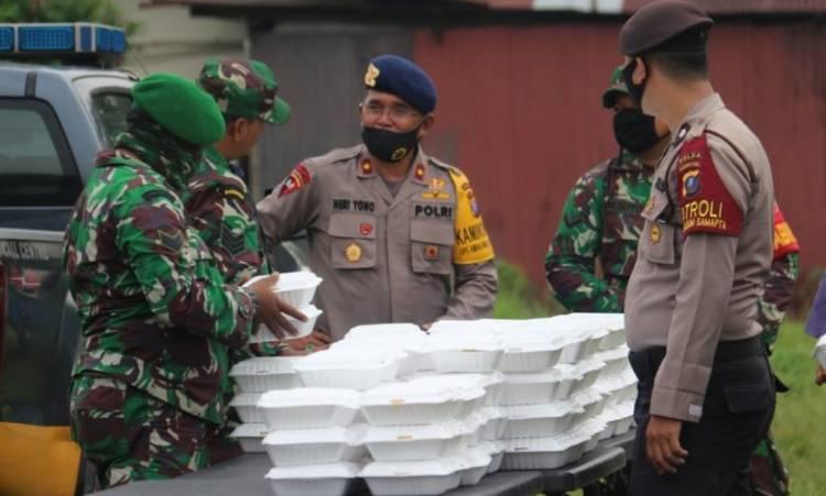 Sinergitas TNI-Polri Buka Dapur Lapangan, Bagikan Sembako dan Masker di Lapangan Garuda Tanjung Morawa