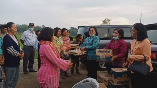 Ketua TPKK Toba Serahkan Bantuan kepada Korban Bencana Angin Puting Beliung