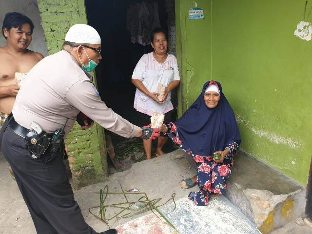 Lawan Virus Corona, Polsek Medan Area Berbagi Nasi Bungkus untuk Kaum Duafa di Jalan Denai
