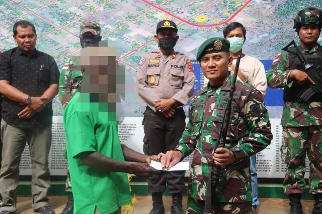 Warga Papua Kembali Serahkan Senpi dan Munisi Kepada Satgas Yonif 411 Kostrad