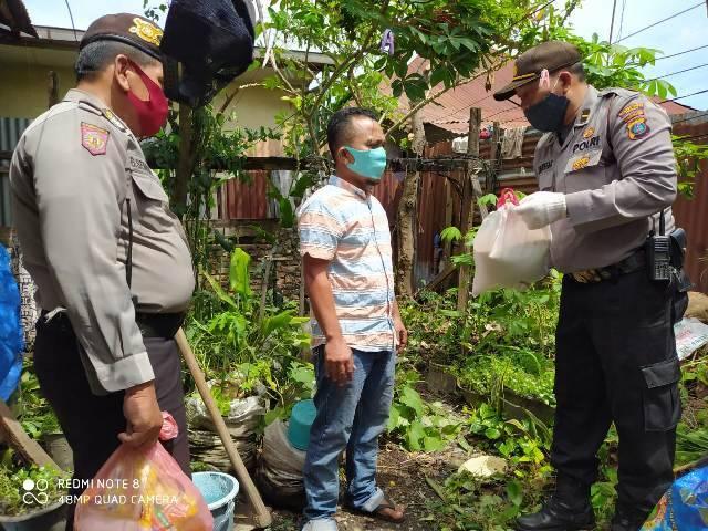Polsek Medan Timur Beri Bantuan ke Warga Kurang Mampu di Kawasan Jalan Rakyat