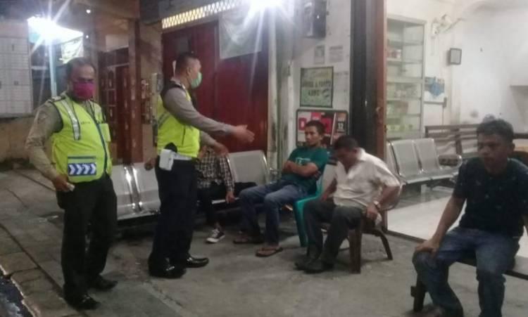 Rutin Patroli Malam, Polsek Medan Kota Imbau Masyarakat Tidak Berkumpul Saat Covid-19 Melanda