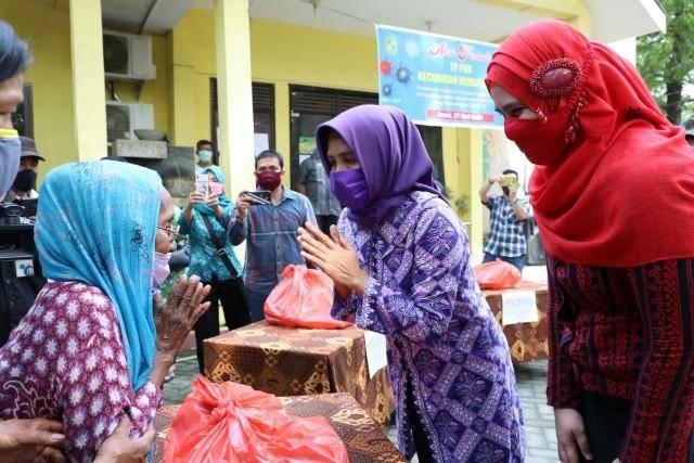 Plt Ketua TP PKK Kota Medan Serahkan Bantuan Sembako Bagi Kader PKK dan Warga Kurang Mampu
