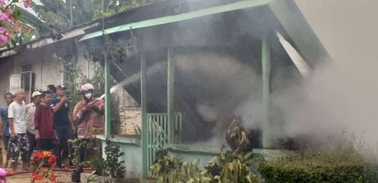 Satu Unit Rumah Semi Permanen Ludes Terbakar, Polsek dan Muspika Galang Beri Bantuan