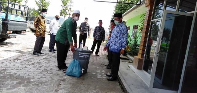 Kemenag Pakpak Bharat Berbagi Sembako dan Sanitizer di tengah Pandemi Covid-19