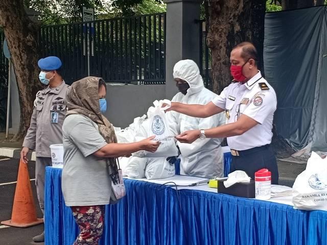 Peduli Covid-19, Bakamla RI Kembali Berbagi Masker dan Sembako untuk Masyarakat
