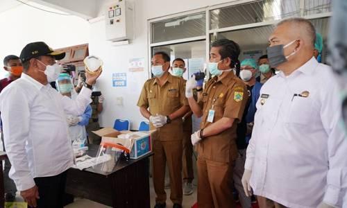 Gubernur Sumut Tinjau RSUD Salak dan Serahkan Bantuan APD