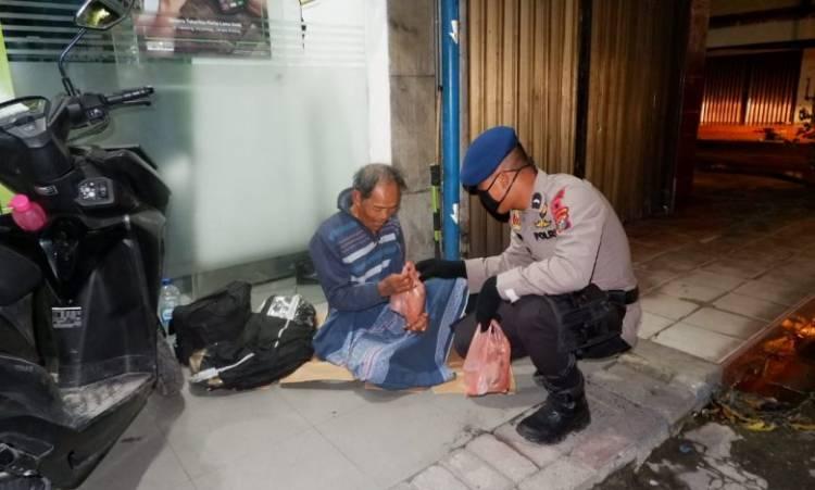 Di Malam Hari, Personil Brimob Polda Sumut Berbagi Nasi Bungkus untuk Kaum Dhuafa