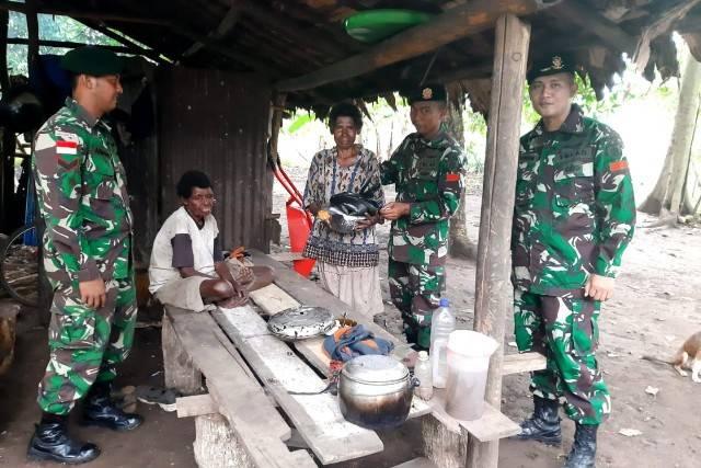 Pamtas RI-PNG Yonif 411 Berikan Sembako untuk Warga Kampung Yanggandur Merauke
