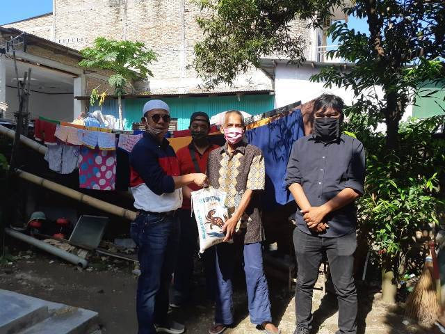 Ketua Pewarta Polrestabes Medan Chairum Lubis Berikan Sembako di Jumat Berkah