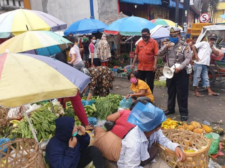 Unit Lantas Polsek Medan Area Sosialisasikan Pemakaian Masker kepada Pengunjung Pasar Sukaramai