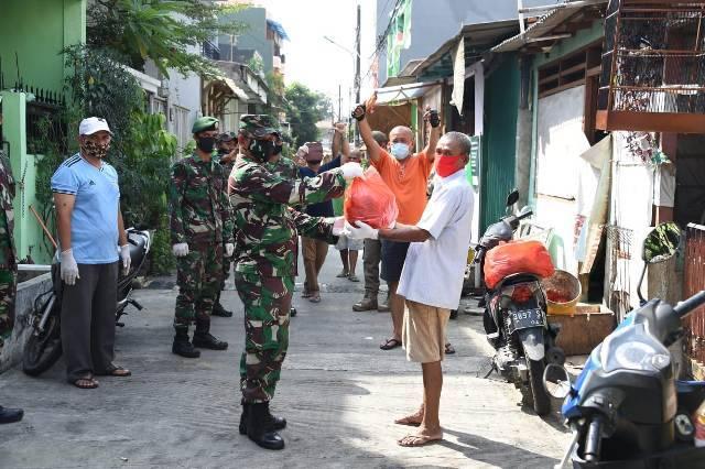TNI-Polri Distribusikan Makanan Siap Saji untuk Warga di Jakarta