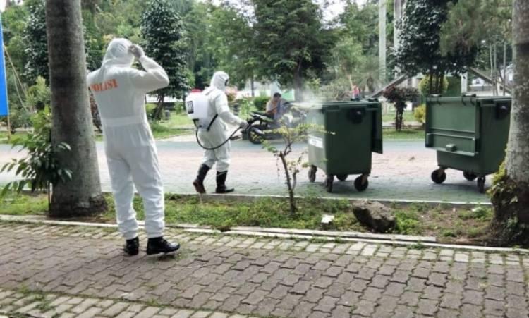 Kawasan Gajah Mada Medan Disemprot Disinfektan oleh Subden KBR Detasemen Gegana Sat Brimob Polda Sumut