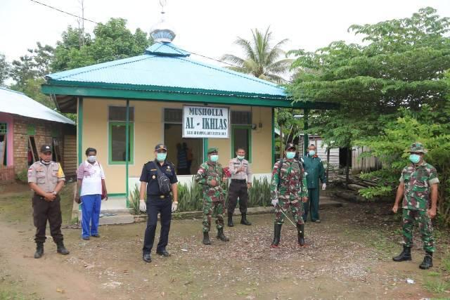 Yonif 411/Kostrad dan Lintas Sektoral Semprotan Disinfektan di Rumah Ibadah Kampung Sota