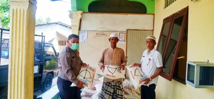 Bhabinkamtibmas Polsek Beringin Bersama Pemerintah Desa Bagikan Sembako kepada Warga