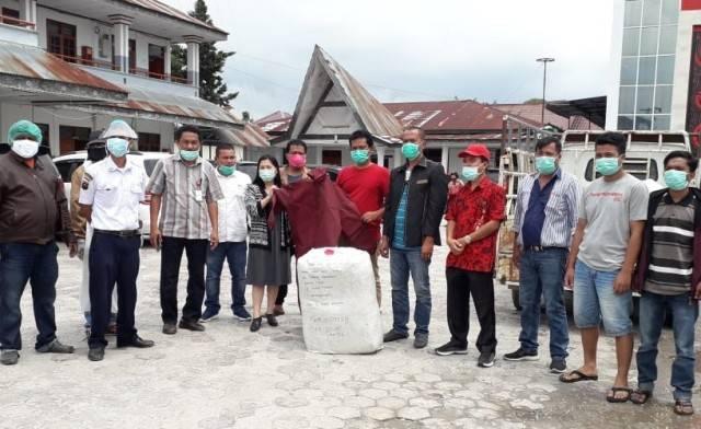 Keluarga Op Goklim Munthe Bersama Generasi Muda Parna Sumbang 300 APD untuk Petugas Medis di Humbahas