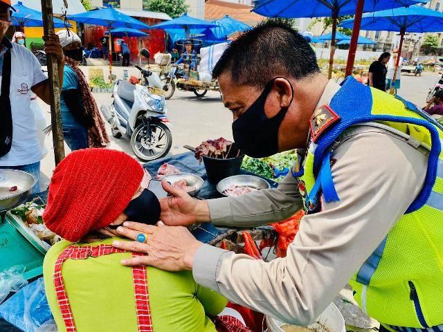 Ratusan Inang-inang dan Abang Becak Terima Masker serta Nasi Bungkus dari Satlantas Polrestabes Medan