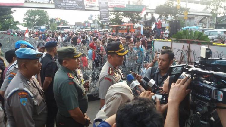Begini Kronologi Polisi Bubarkan Massa Pro Ahok di Pengadilan Tinggi Jakarta Pusat