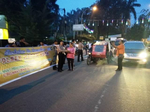 Polsek Medan Kota Bagikan Takjil kepada Warga yang Melintas