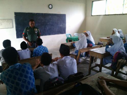 Babinsa Koramil 08/Bangun Beri Pembekalan Wasbang di Sekolah MTS Al Hikmah