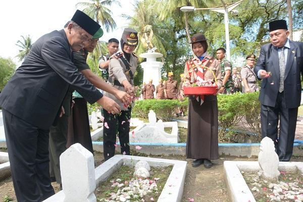 Peringatan Hari Kebangkitan Nasional, Wabup Deli Serdang Ziarah ke Makam Pahlawan