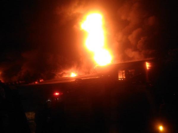 Kebakaran Hanguskan Pabrik Plastik di Desa Sampali Percut Sei Tuan