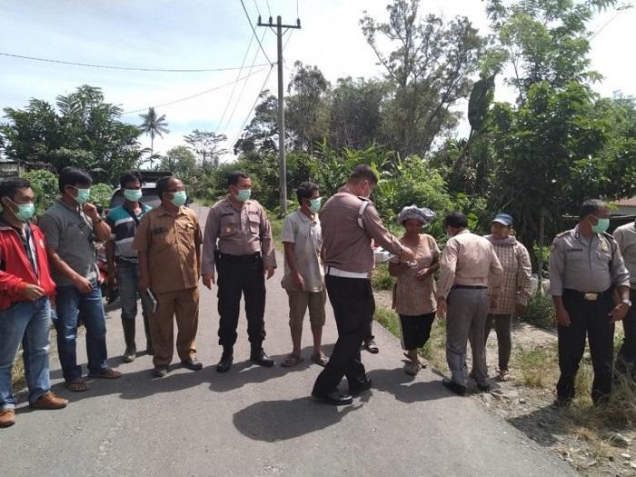 Erupsi Sinabung, Polres Simalungun Bagikan Masker kepada Masyarakat Kecamatan Raya