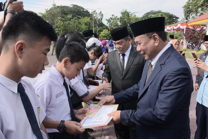 Hardiknas 2019, Pemkab Deli Serdang Serahkan Trophy dan Penghargaan untuk Guru dan Siswa Berprestasi