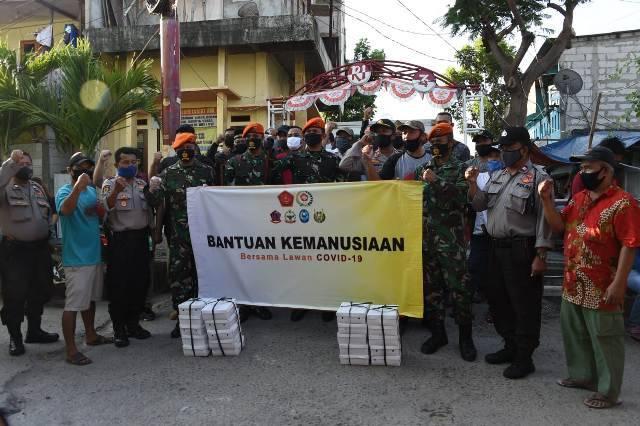 Paskhas TNI AU Gulirkan 2.225 Takjil dan Nasi Kotak untuk Warga Berbuka Puasa