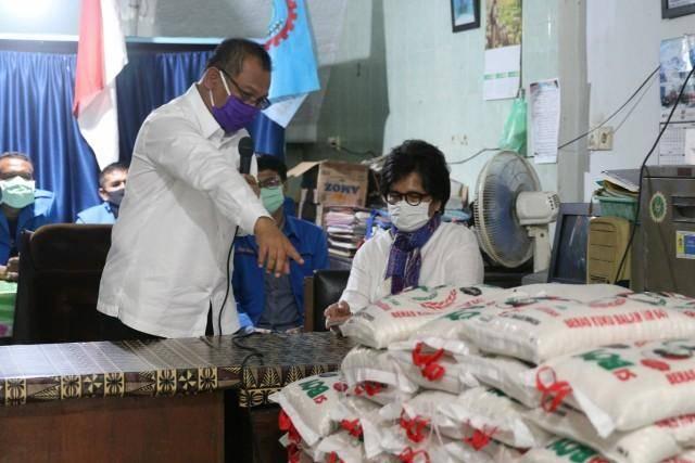 Peduli Nasib Buruh dan Pekerja, Plt Wali Kota Medan Bagikan Bantuan 200 Karung Beras