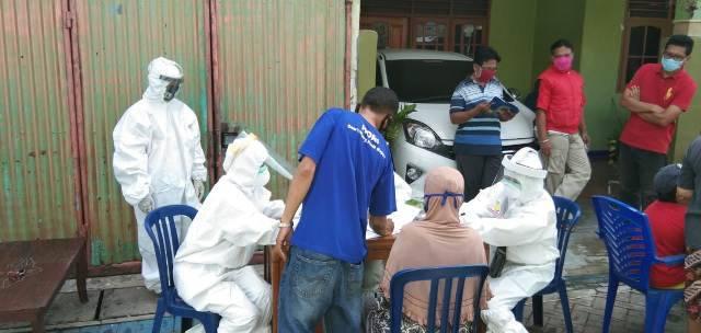 180 Warga Ikuti Rapid Tes dari Puskesmas Kelurahan Manukan Kulon, Surabaya