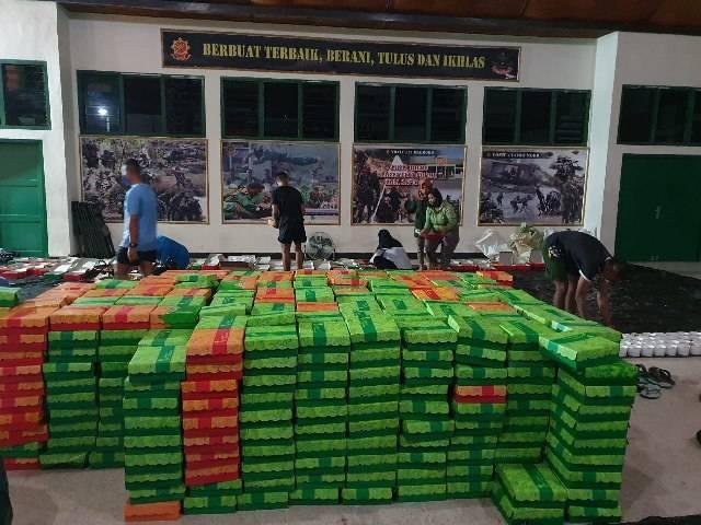 Danyonif 413/Bremoro Bagikan Opor Ayam Berisi Doorprize untuk Para Prajurit Kangen Mudik
