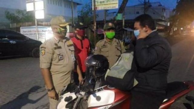 Razia Asmara Subuh, Pemko Medan Patroli dan Bagikan Masker di Medan Marelan
