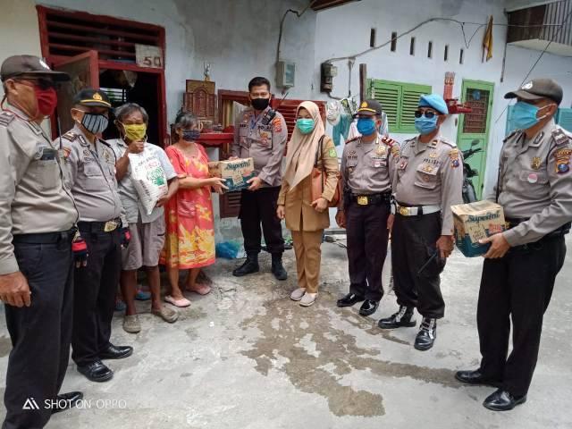 Polsek Medan Area Berbagi Sembako untuk Warga Terdampak Corona di Jalan Wahidin