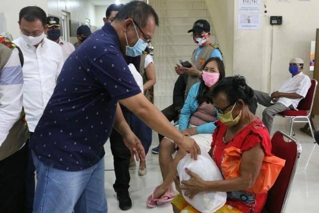 Akhyar Nasution Gandeng MITSU dan Marga Kho Berbagi Sembako di Kelurahan Pahlawan