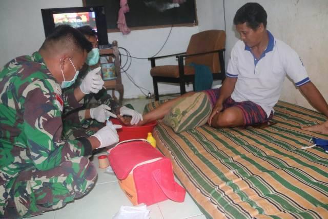 Tim Kesehatan Satgas Yonif 411/Kostrad Rawat Luka Warga Kampung Sipias