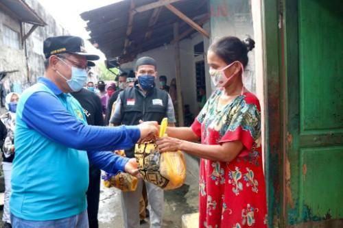 Akhyar Nasution Antarkan Langsung Bantuan Sembako ke Rumah Warga