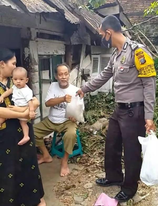 Rumah Warga Tertimpa Pohon Tumbang, Polsek Medan Baru Gulirkan Bantuan Sembako